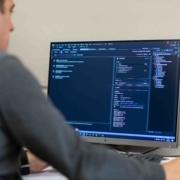 Programmeur automatisatie aan het werk SMO machines op maat